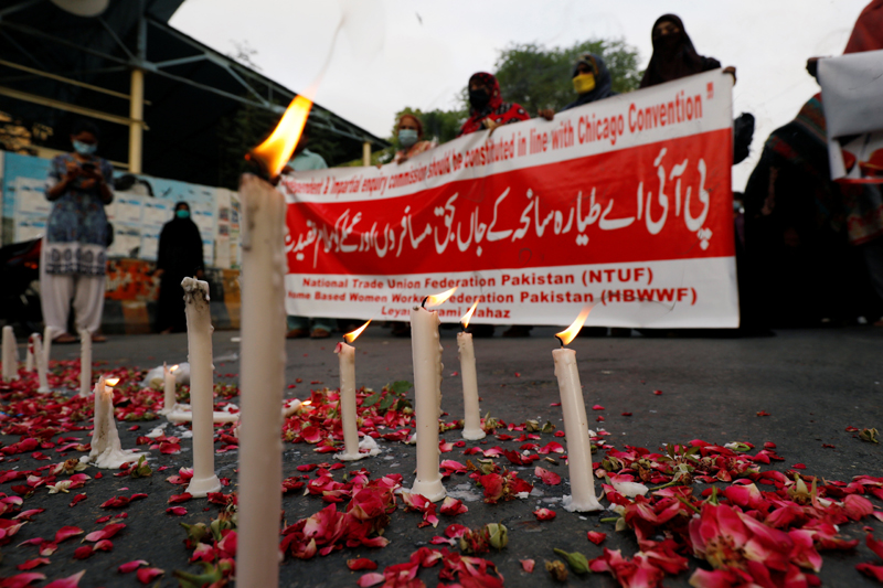 Rose petals and candles are seen during a vigil for the victims of the Pakistan International Airlines's PK8303 plane crash, in Karachi, Pakistan May 28, 2020. Photo: Reuters