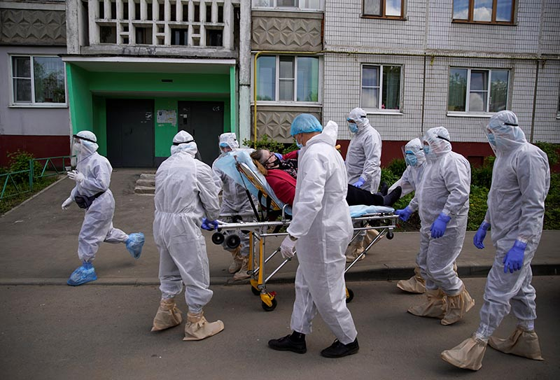 Paramedics and members of the Emergencies Ministry wearing personal protective equipment (PPE) use a stretcher while transporting a patient amid the coronavirus disease (COVID-19) outbreak in the city of Tver, Russia, on May 28, 2020. Photo: Reuters