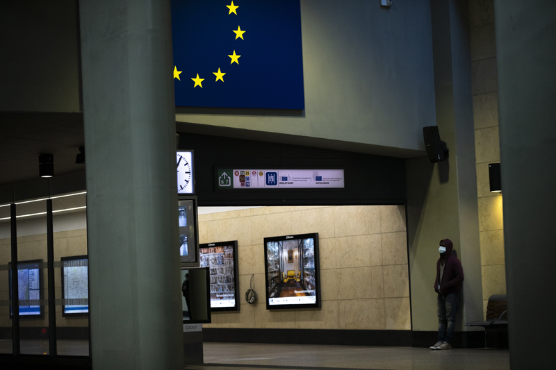 A man wearing a face mask to protect against coronavirus waits for a train at Schuman metro station during a gradual lifting of a lockdown to prevent the spread of the coronavirus, COVID-19, in Brussels, Tuesday, May 5, 2020. Photo: AP