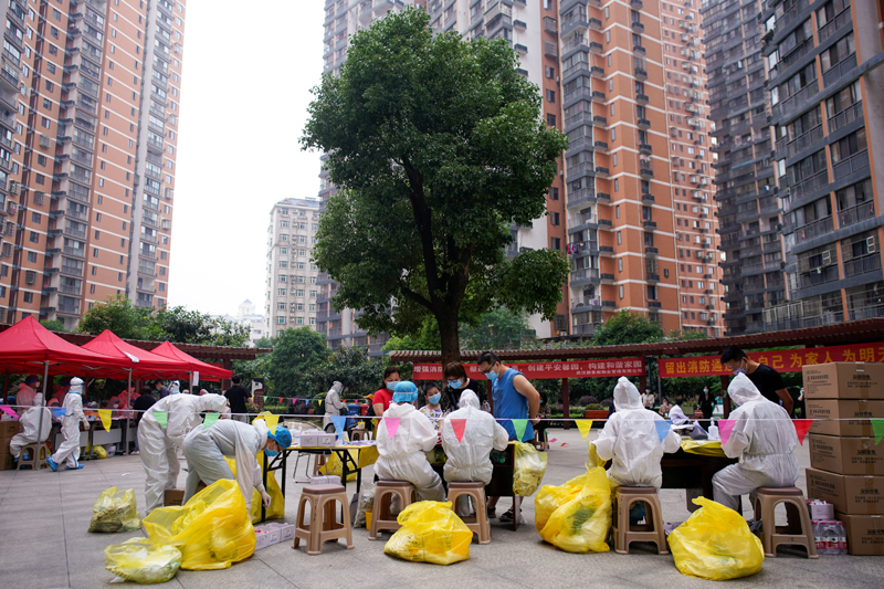 Medical workers in protective suits conduct nucleic acid testings for residents at a residential compound in Wuhan, the Chinese city hit hardest by the coronavirus disease (COVID-19) outbreak, Hubei province, China May 15, 2020. Photo: Reuters