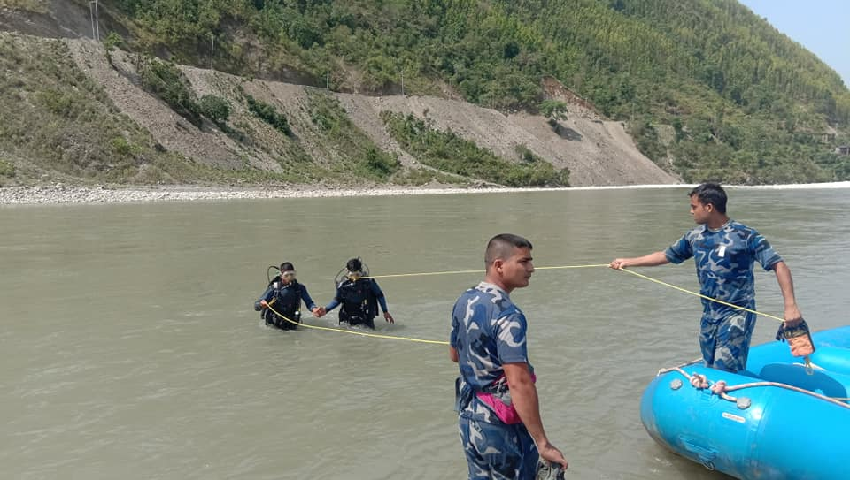 A team of scuba divers from Armed Police Force searching for the missing persons in Bheri River, in Jajarkot, on Wednesday, May 27, 2020. Photo: Dinesh Kumar Shrestha/THT