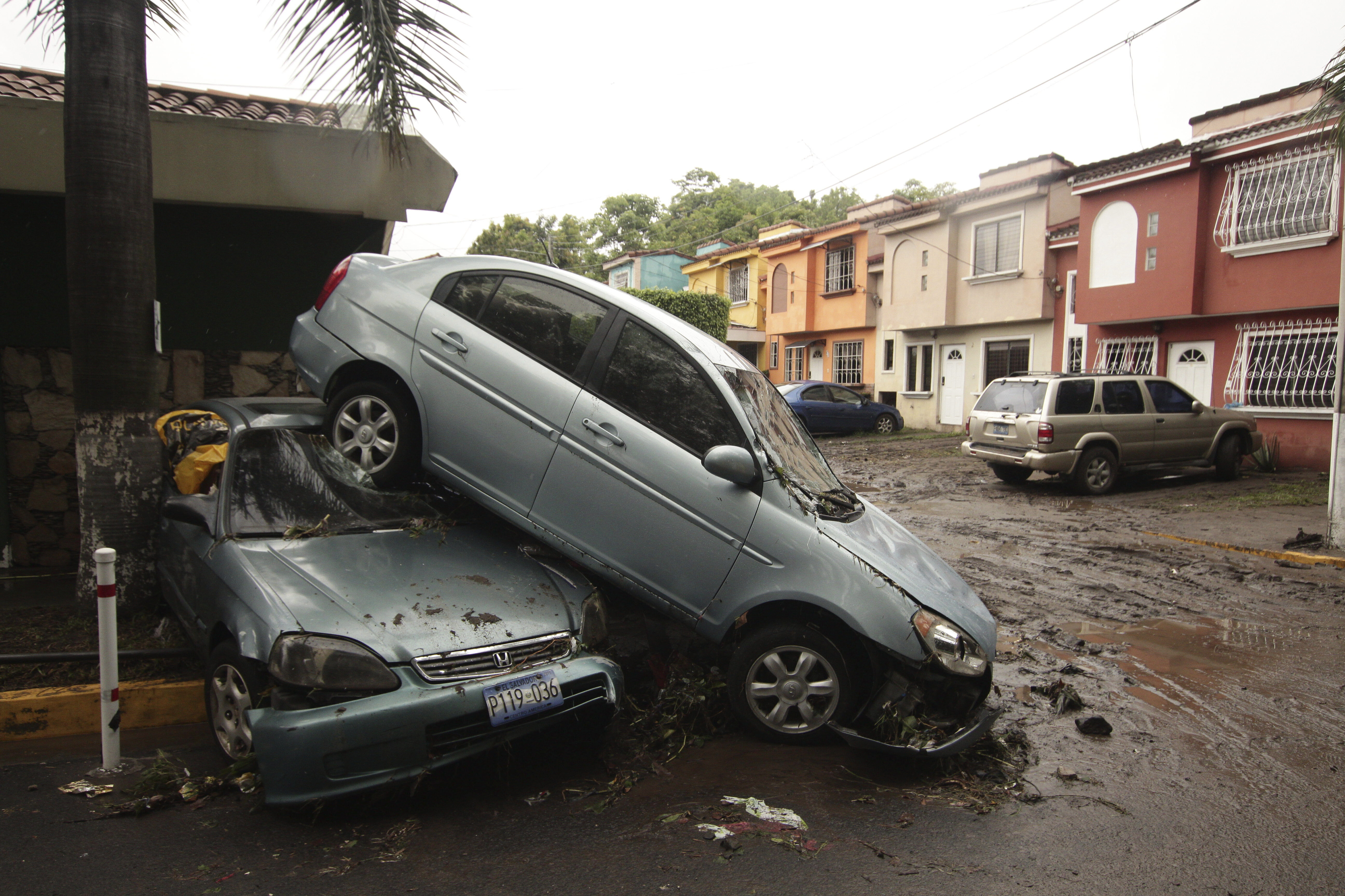 Vehicles stand damaged by an Acelhuate River flash flood at a neighborhood in San Salvador, El Salvador, Sunday, May 31, 2020. According to the Ministry of the Interior, at least seven people died across the country after two days of heavy rains. Photo: AP