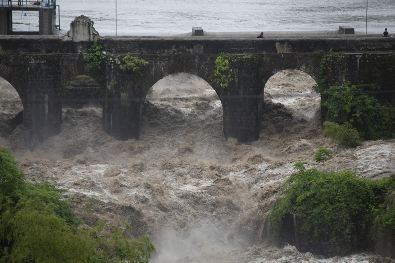 The swollen Los Esclavos River flows violently under a bridge during tropical storm Amanda in Cuilapa, eastern Guatemala, Sunday, May 31, 2020. Photo: AP