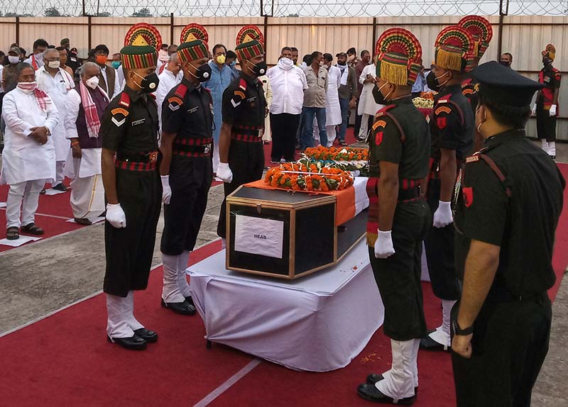 Indian army soldiers stand around the coffin of their colleague, who was killed in a border clash with Chinese troops in Ladakh region, during a wreath laying ceremony in Patna, India, June 17, 2020. Photo: Reuters