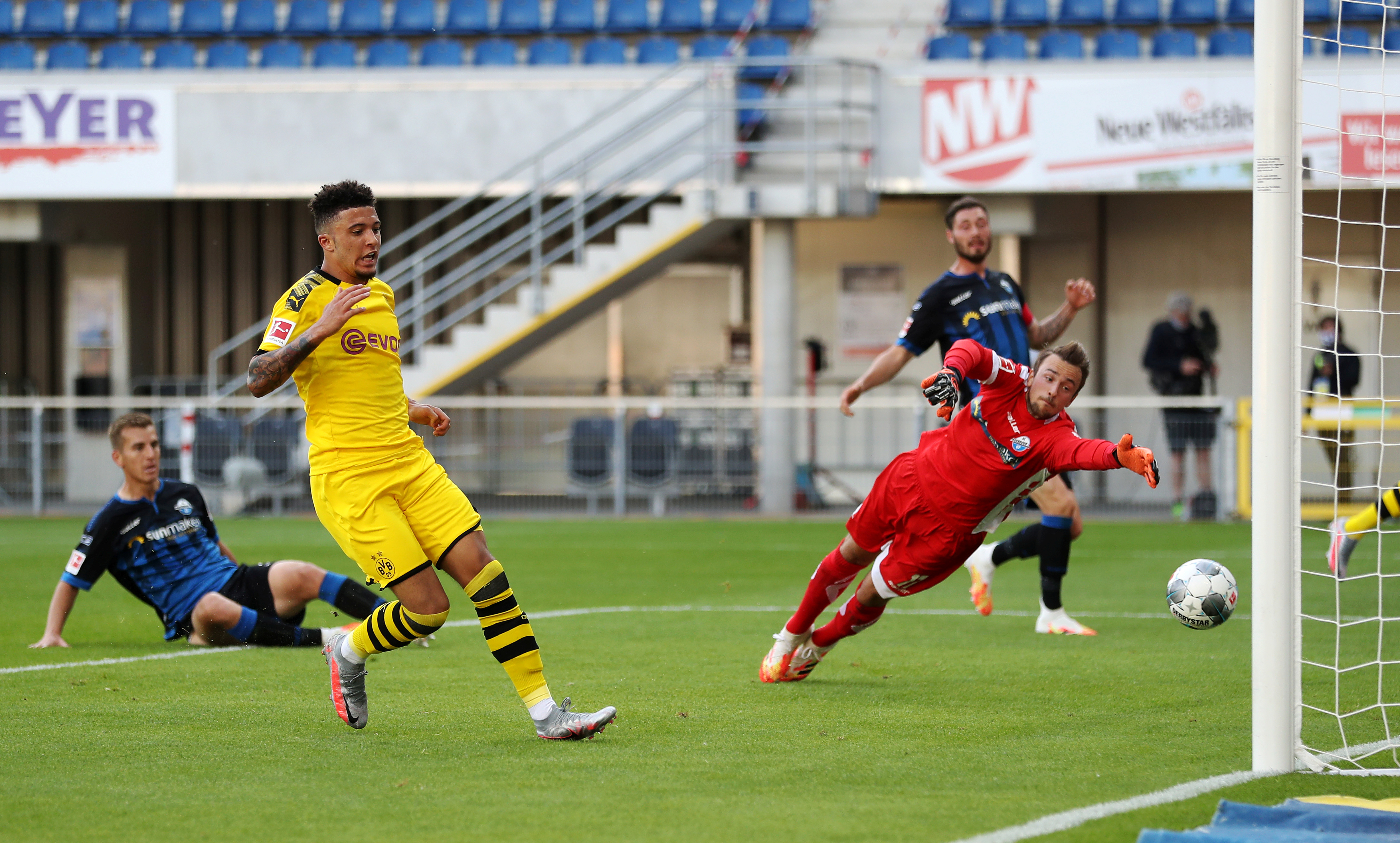 Borussia Dortmund's Jadon Sancho scores their second goal, as play resumes behind closed doors following the outbreak of the coronavirus disease (COVID-19) during the Bundesliga match between SC Paderborn and Borussia Dortmund, at Benteler Arena, in Paderborn, Germany, on May 31, 2020. Photo:   Lars Baron/Pool via Reuters