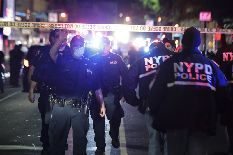 New York City police officers work a scene early Thursday, June 4, 2020, in the Brooklyn borough of New York. Photo: AP