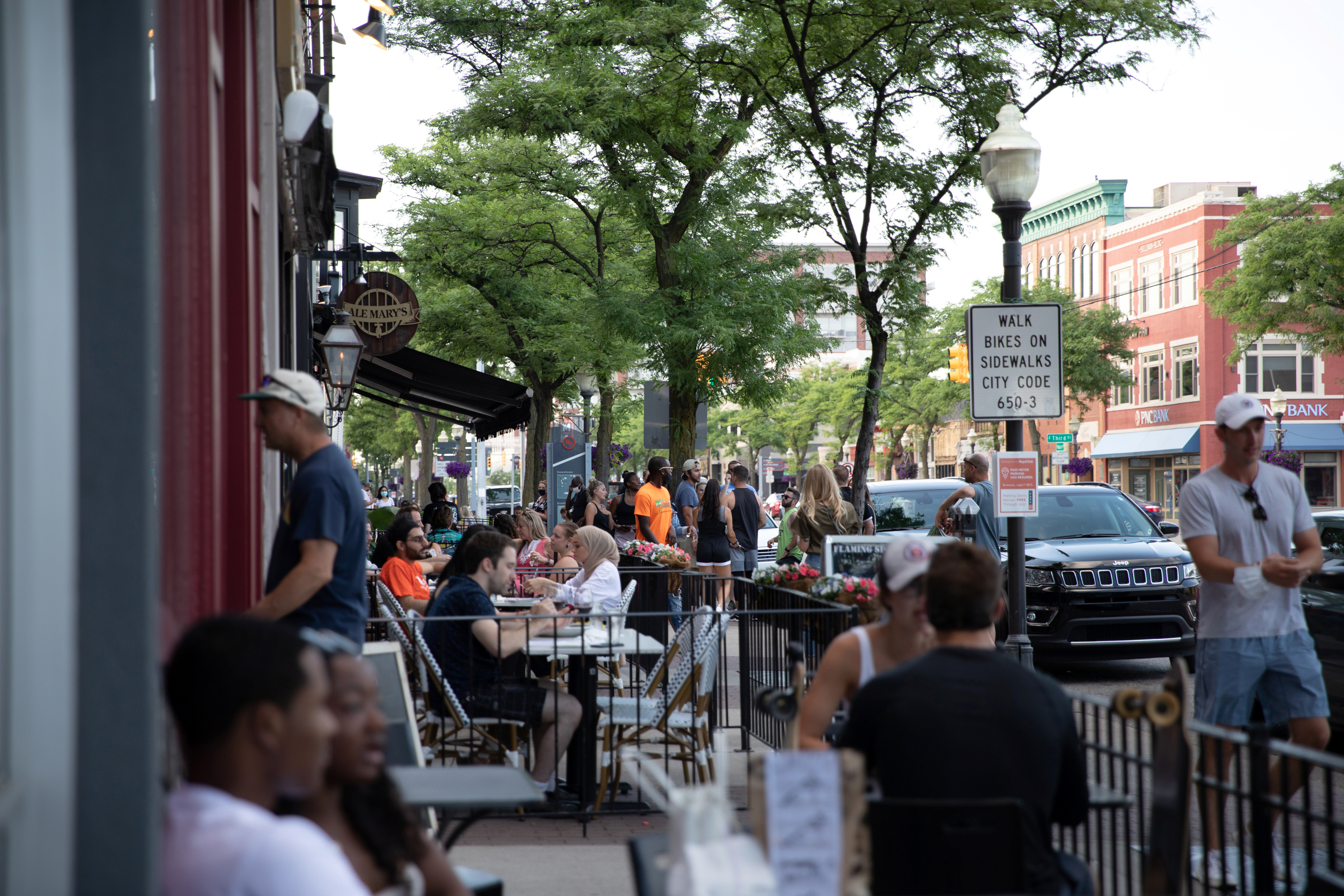People crowd restaurants and sidewalks amid the coronavirus disease (COVID-19) outbreak in Royal Oak, Michigan, US, on June 30, 2020. Photo:  Reuters