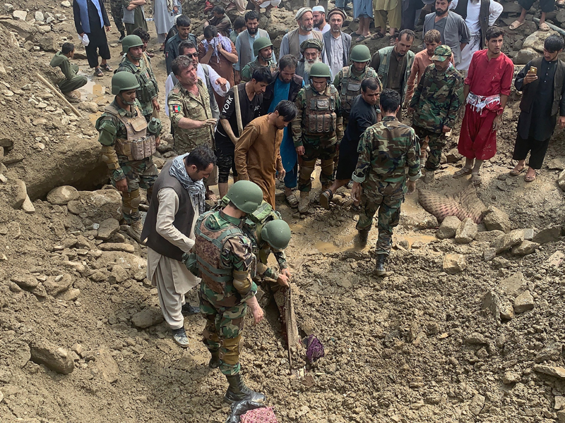 Soldiers and locals search for victims in a mudslide following heavy flooding in the Parwan province, north of Kabul, Afghanistan, Wednesday, Aug. 26, 2020. Photo: AP