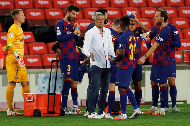 Barcelona coach Quique Setien with his players during the drinks break, as play resumes behind closed doors following the outbreak of the coronavirus disease (COVID-19), during La Liga Santander, Camp Nou, Barcelona, Spain, on July 16, 2020   Photo: Reuters