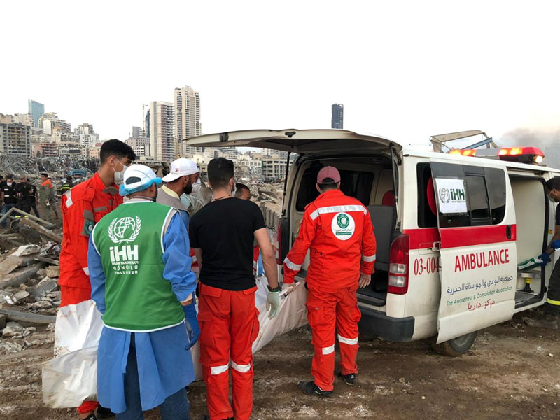 Members of Turkey's Humanitarian Relief Foundation (IHH) help local medics at the site of Tuesday's blast in Beirut's port area, Lebanon August 5, 2020. Photo: Humanitarian Relief Foundation (IHH)/Handout via Reuters