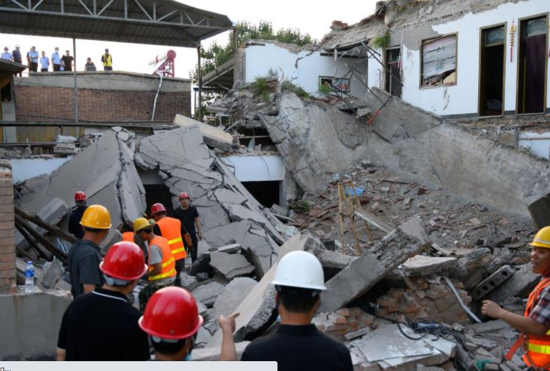 Rescue workers are seen at the site where a restaurant collapsed, in Xiangfen, Shanxi province, China August 29, 2020. Picture taken August 29, 2020. Photo: Reuters