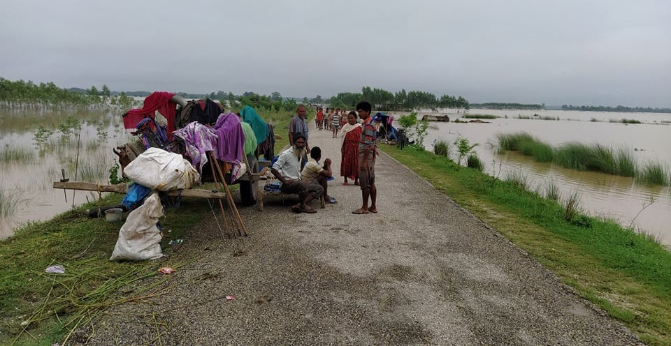 Some of the flood displaced families taking shelter on the Postal Highway, in Bhajani Municipality, Kailali, on Saturday. Some have started returning home. Photo: THT