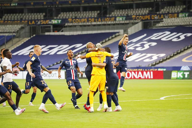 PSG's players celebrate after winning the French League Cup soccer final match between Paris Saint Germain and Lyon at Stade de France stadium, in Saint Denis, north of Paris, on Friday, July 31, 2020. Photo: AP