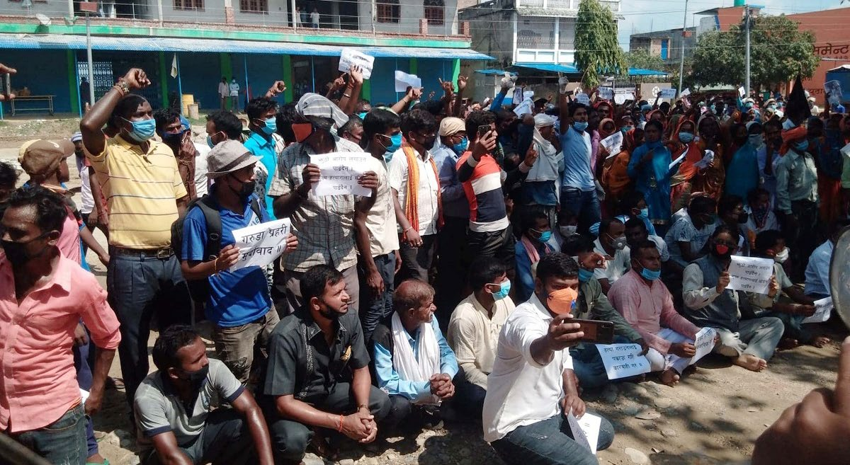 District Struggle Committee protesting in front of Garuda Area Police Office, on Monday. Photo: THT