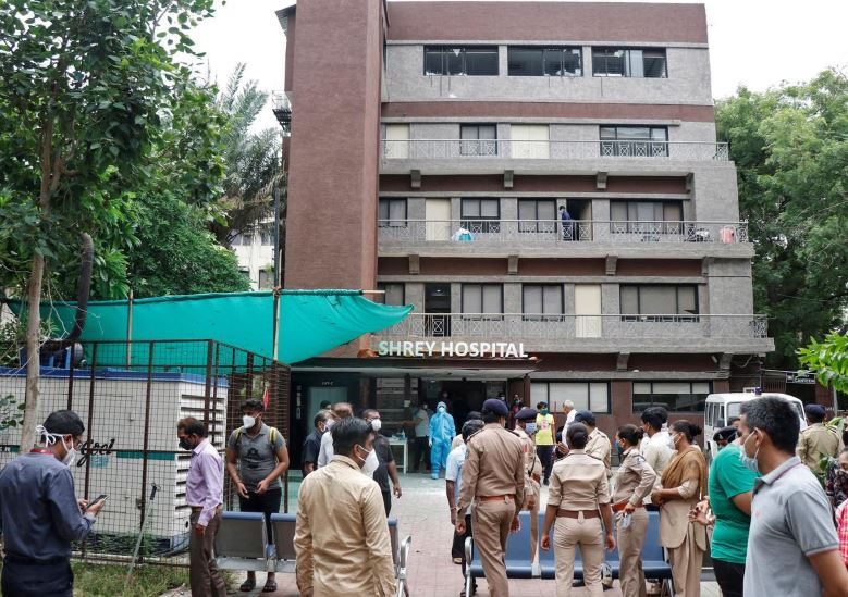 Police officers and relatives stand outside a hospital where a fire broke out inside an intensive Care Unit (ICU) treating patients infected with the coronavirus disease (COVID-19) in Ahmedabad, India, August 6, 2020. Photo: Reuters