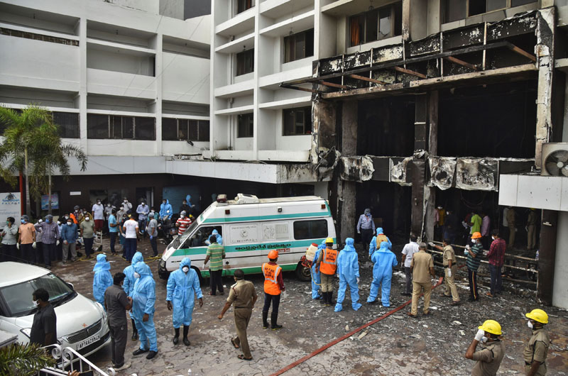 Rescue workers look for survivors after a fire broke out in a hotel that was being used as a coronavirus disease (COVID-19) facility in Vijayawada, in the southern state of Andhra Pradesh, India, August 9, 2020. Photo: Reuters