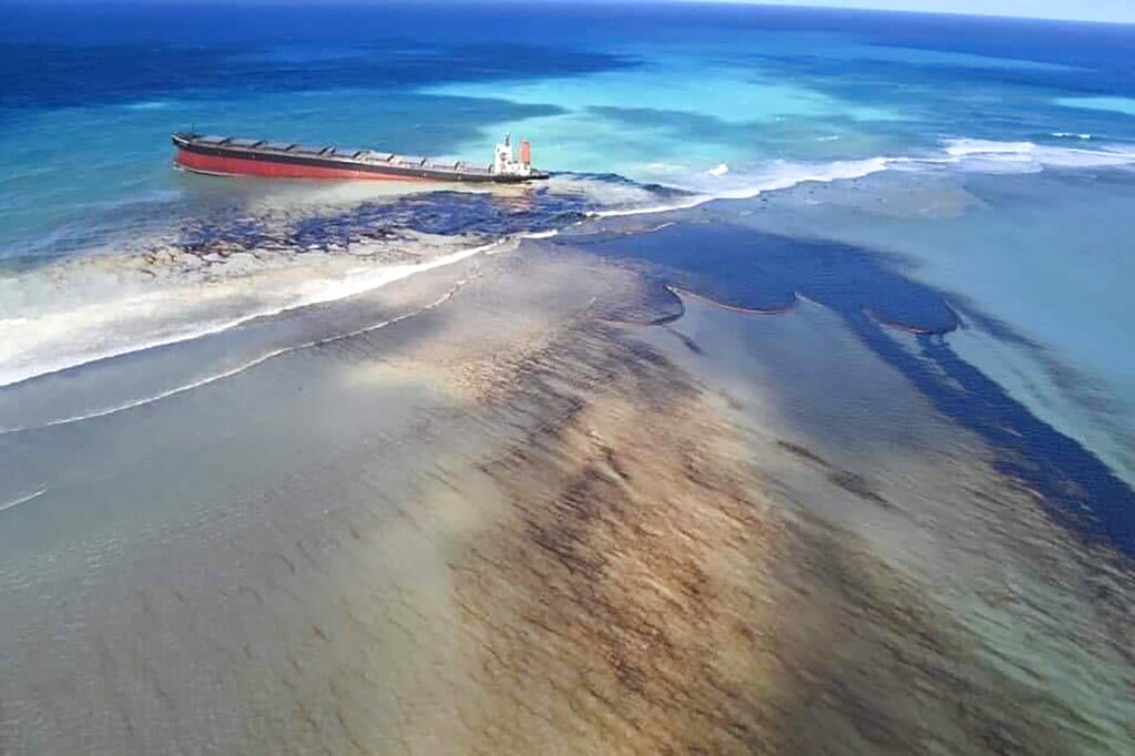 This photo taken and provided by Georges de La Tremoille of Mu Press shows oil leaking from the MV Wakashio, a bulk carrier ship that recently ran aground off the southeast coast of Mauritius, Friday, August 7, 2020. Photo: AP