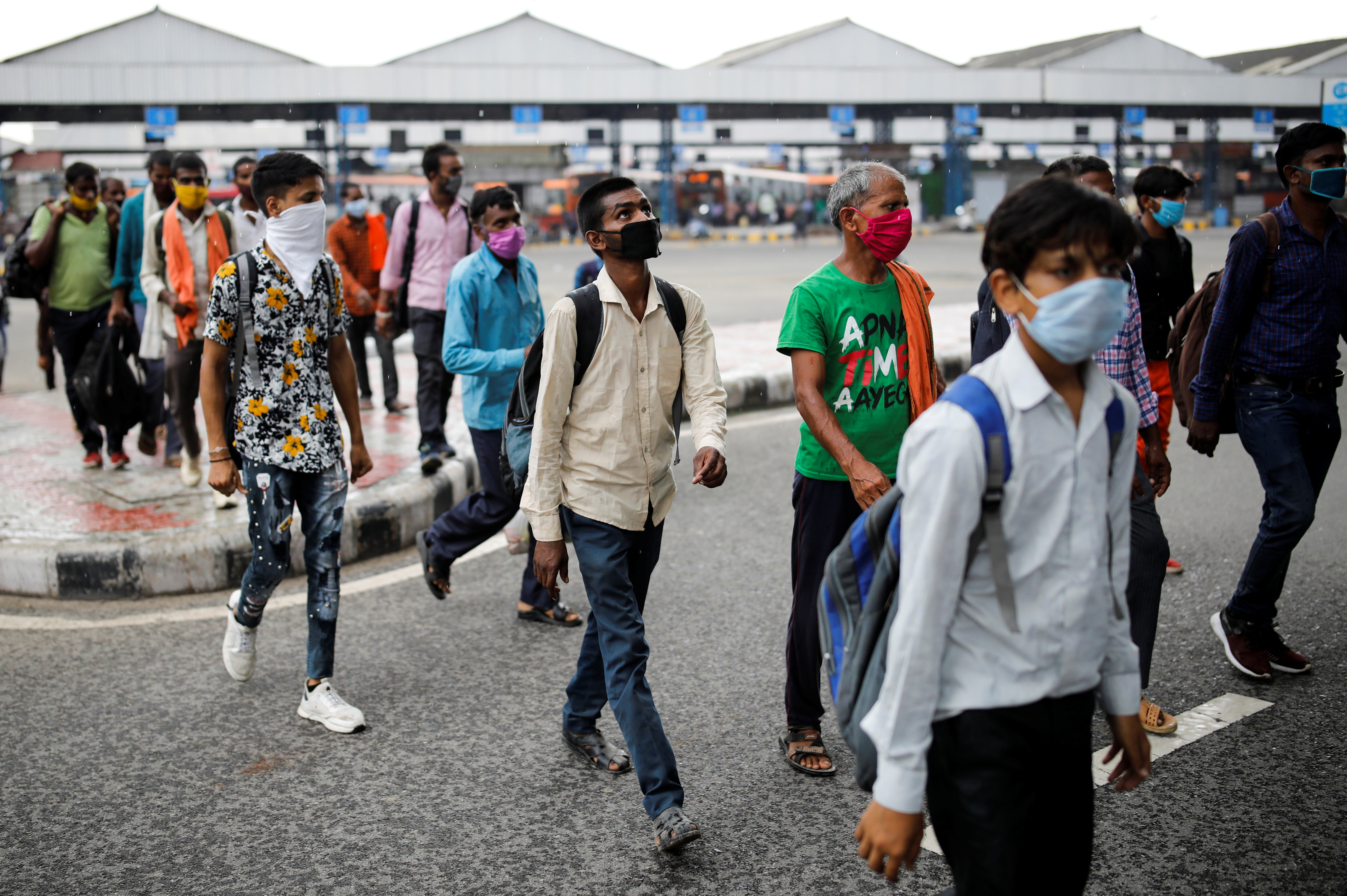 Migrant workers, who returned to Delhi from their native state arrive for a rapid antigen test, at a bus terminal, amidst the coronavirus disease (COVID-19) outbreak in New Delhi, India, August 17, 2020. Photo: Reuters