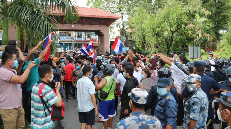 Police trying to stop students aligned to Nepal Student Union and Tarun Dal from entering the office of BPKIHS vice-chancellor, in Dharan, on Wednesday, August 12, 2020. Photo: THT