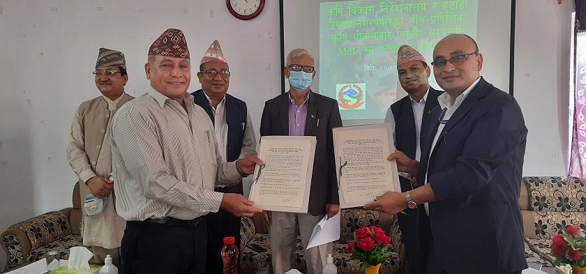 Hetauda sub-metropolis Chief Hari Bahadur Mahat and Agriculture Development Directorate Chief Rabindra Pradhan exchanging agreement letters in the presence of Province 3 Chief Minister Dormani Poudel in Hetauda, Makawanpur, on Sunday. Photo: THT