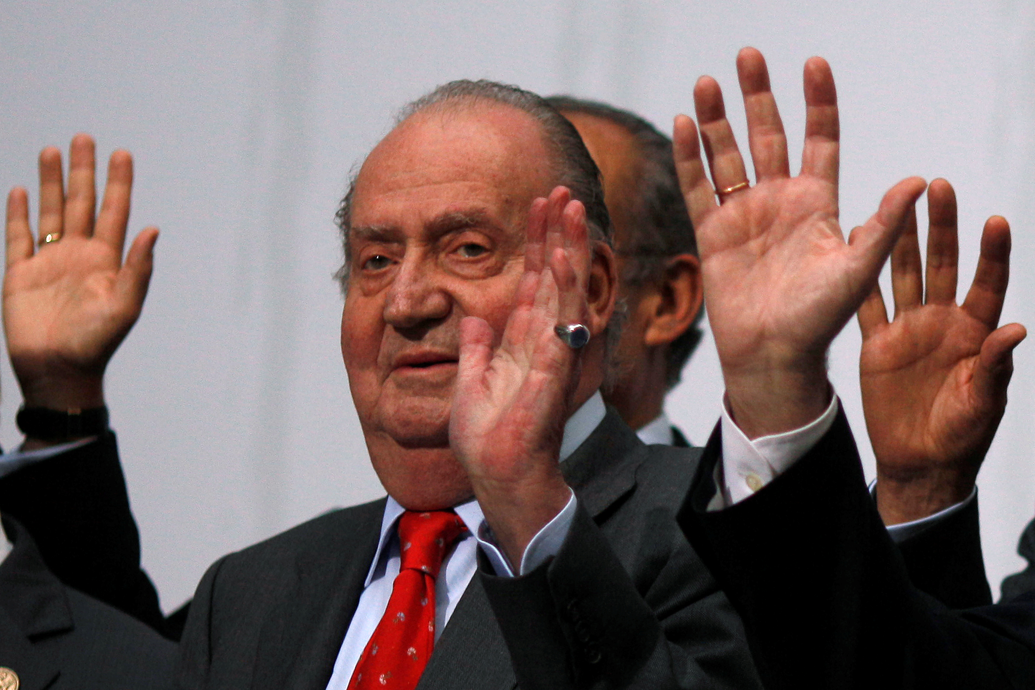 FILE - Spanish King Juan Carlos waves during a group photo with Ibero-American leaders during the Ibero-American Summit in Cadiz, southern Spain November 17, 2012.  Photo: Reuters