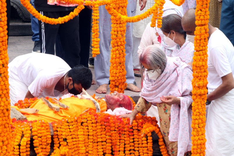 Family members of Rashtrakavi Madhav Prasad Ghimire pay their final tributes during the cremation, at Pashupati Aryaghat, on Wednesday, August 19, 2020. Photo: RSS