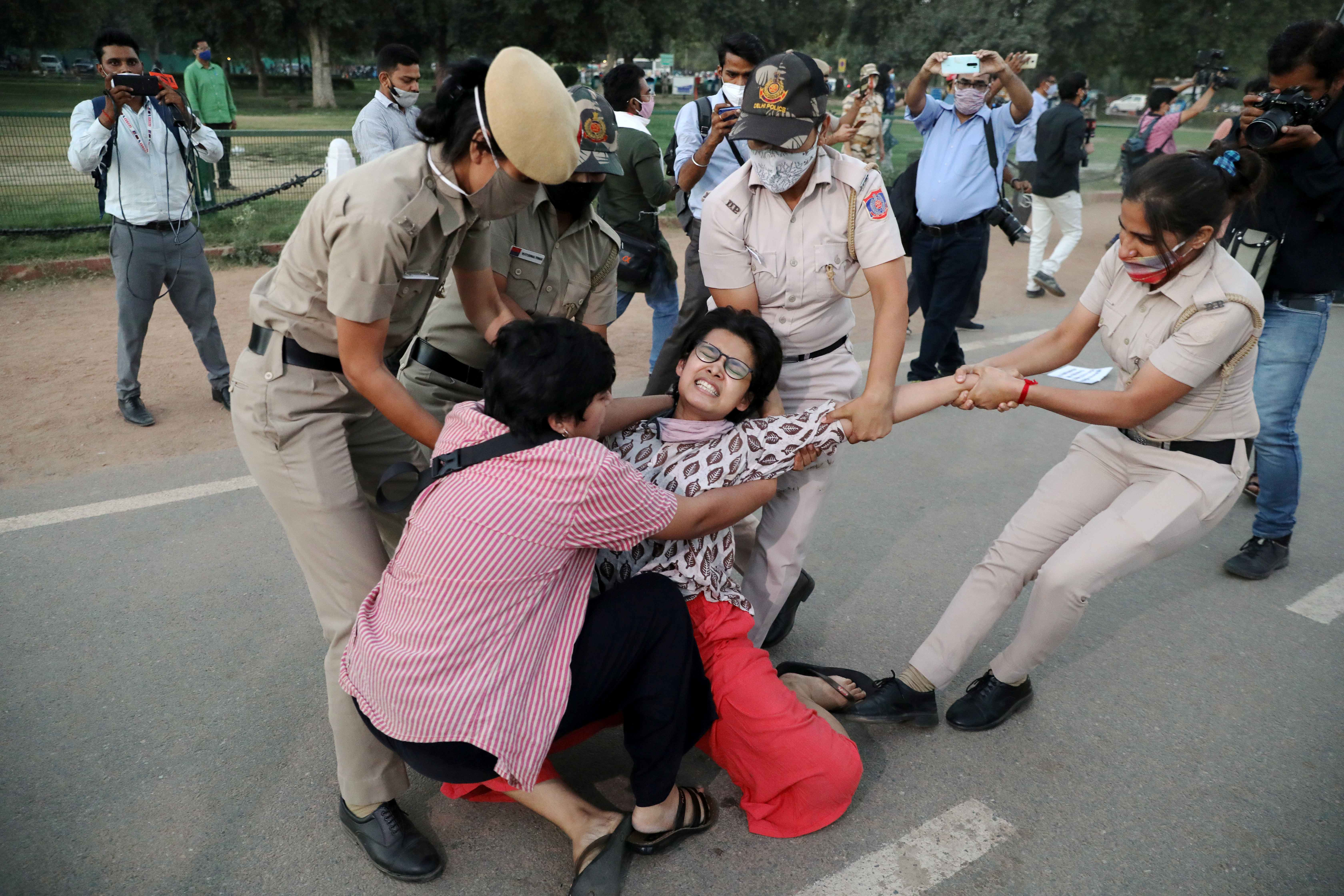A demonstrator is detained by police during a protest after the death of a rape victim, on Rajpath near India Gate, in New Delhi, India, September 30, 2020. Photo: Reuters
