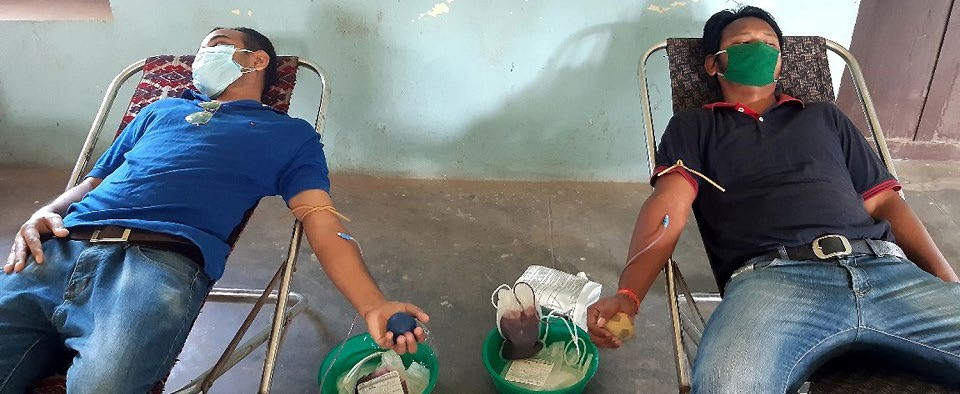 Youths donating blood for plasma therapy as part of plasma donation campaign, in Birgunj, on Thursday. Photo: THT