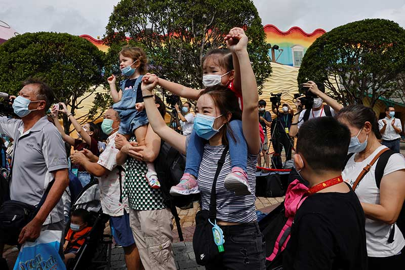 Visitors wear face masks as they watch a performance during the reopening day of iconic theme park Ocean Park, following the coronavirus disease (COVID-19) outbreak, in Hong Kong, China, on September 18, 2020. Photo: Reuters