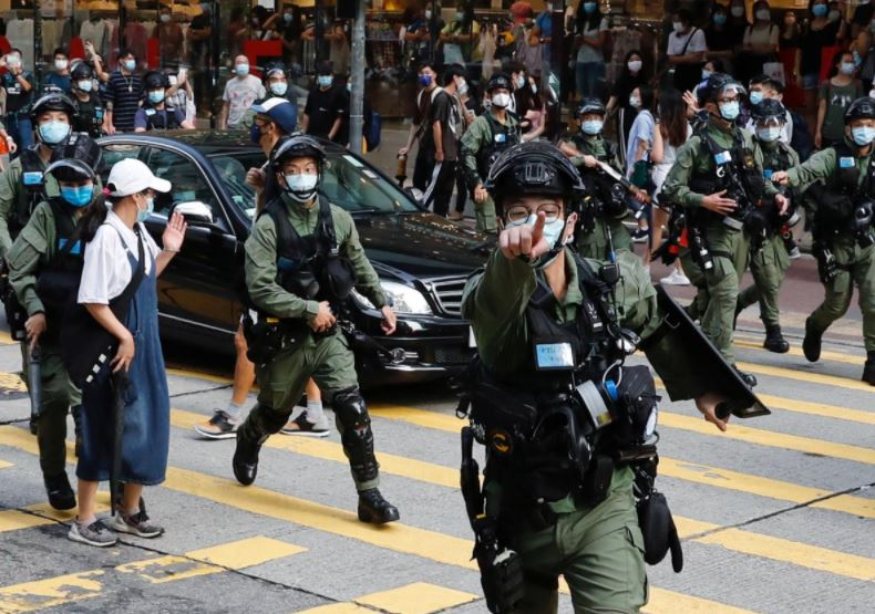 Riot police chase pro-democracy protesters during a demonstration oppose postponed elections, in Hong Kong, China September 6, 2020. Photo: Reuters