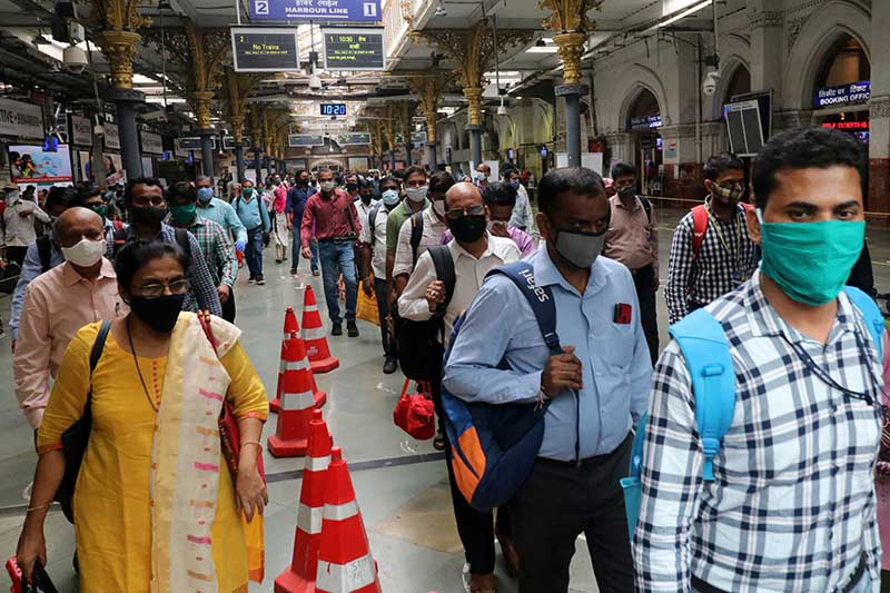 People wearing protective face masks leave the Chhatrapati Shivaji Terminus railway station, amidst the coronavirus disease (COVID-19) outbreak, in Mumbai, India, on September 22, 2020. Photo: Reuters