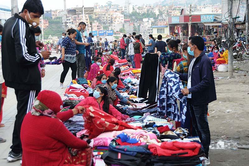 Customers bargaining with vendors selling clothes by the roadside in Kalanki, Kathmandu Metropolitan City, on Tuesday, September 22, 2020. Photo: Balkrishna Thapa Chhetri/THT