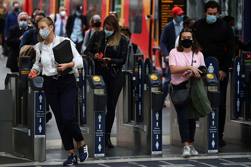 People wearing protective face masks make their way through Waterloo station during the morning rush hour, amid the coronavirus disease (COVID-19) outbreak, in London, Britain, on September 23, 2020. Photo: Reuters