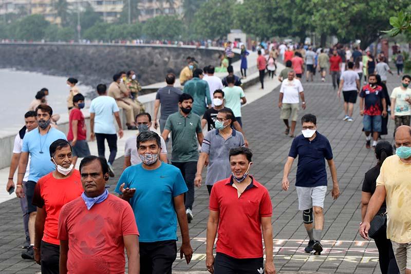 People stroll along the promenade at Marine Drive, amidst the coronavirus disease (COVID-19) outbreak, in Mumbai, India, on September 22, 2020. Photo: Reuters