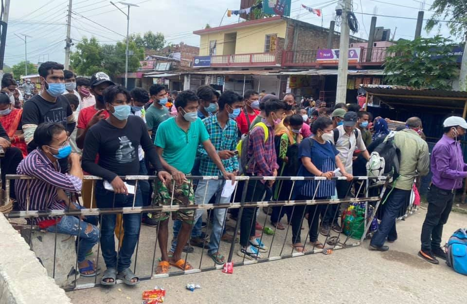 Nepali youths lining up at Nepal-India border point at Jamunaha to enter India for jobs, in Banke, on Saturday. Photo: THT