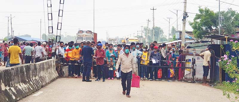 Nepali nationals lining up to enter the Indian side of the border at Nepagunju2019s Jamunaha border point; on Sunday; September 27; 2020. Photo: THT