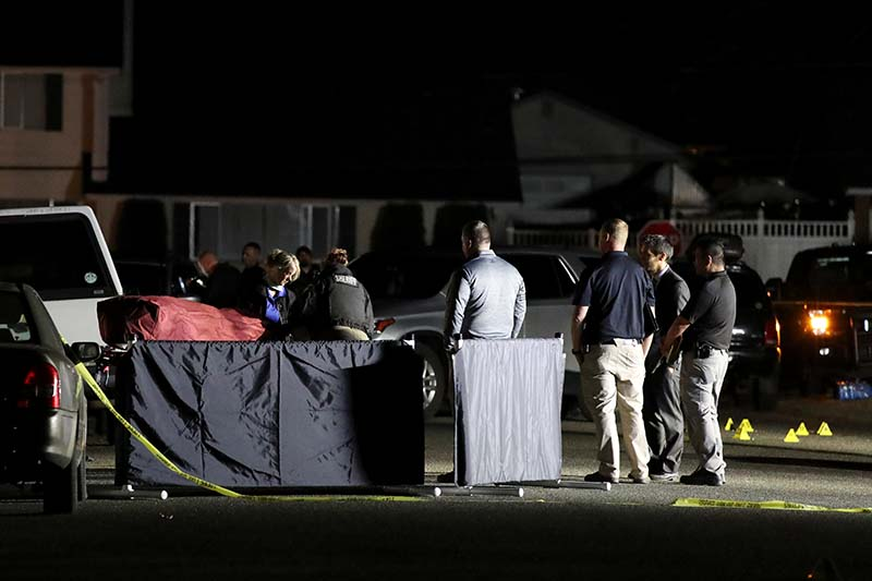 Investigators move the body at Tanglewilde Terrace, where law enforcement officers shot a man reported to be Michael Forest Reinoehl, in Lacey, Washington, US, on September 4, 2020. Photo: Reuters
