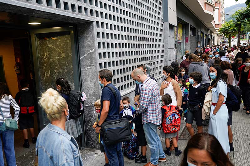 Parents and pupils queue to enter a school after the summer holidays during the coronavirus disease (COVID 19) outbreak, at Colegio Pureza de Maria school in Bilbao, Spain, on September 7, 2020. Photo: Reuters