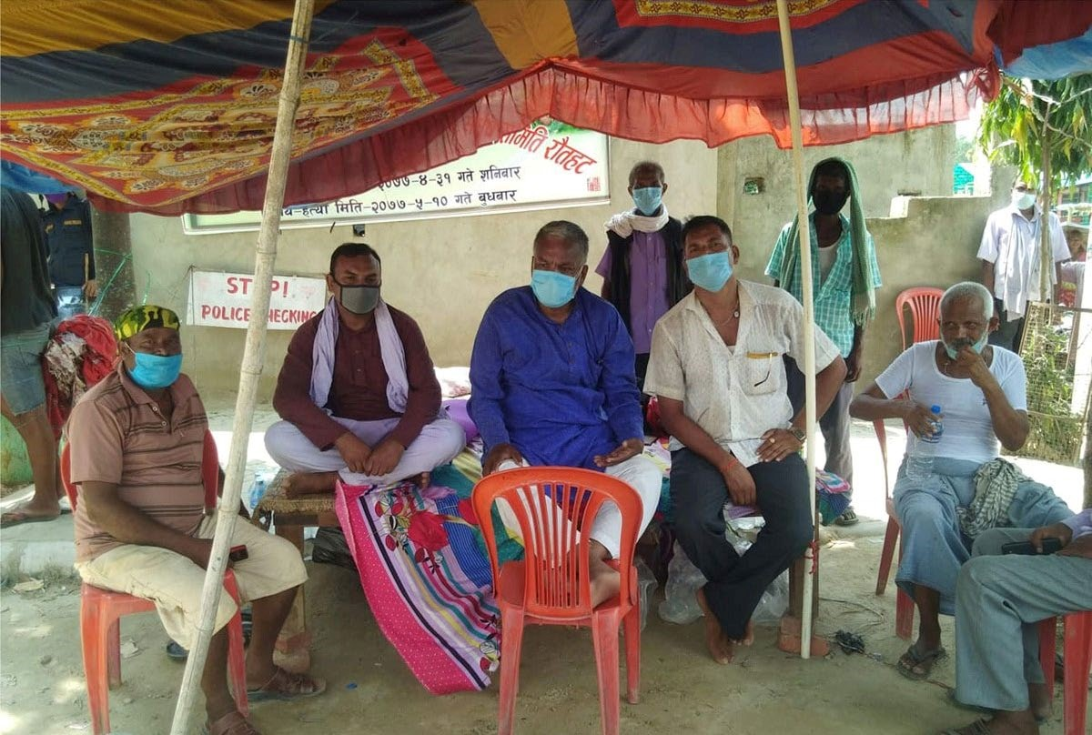 Bahujan Shakti Party central chairperson and former minister Bisendra Paswan and others staging a hunger strike in front of Area Police Office, Rautahat, on Tuesday. Photo: THT