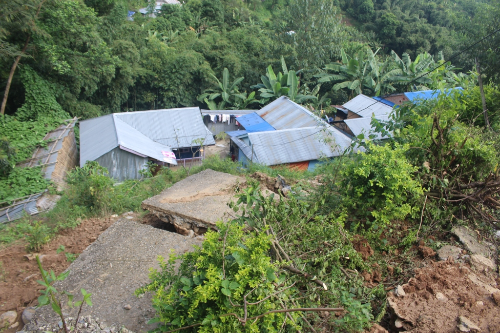 Houses at the risk of landslide at Phoklen Tapu of Dhankuta Municipality-6 in Dhankuta as pictured on Monday, September 28, 2020. Photo: Khagendra Ghimire/THT