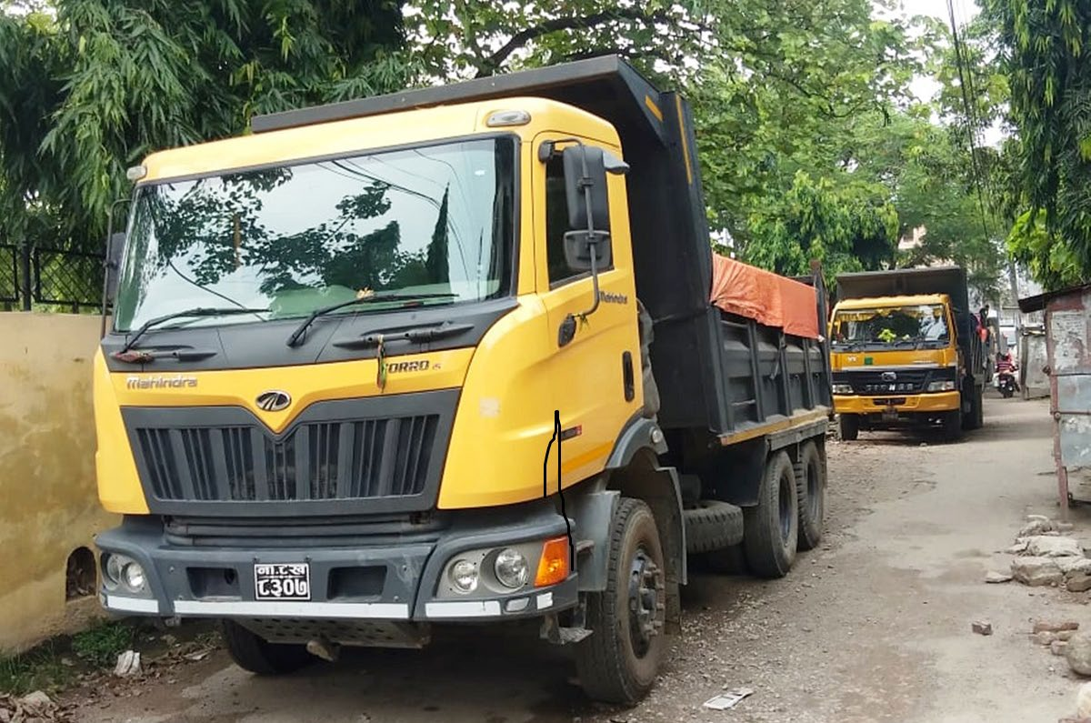 A view of tippers seized by the Armed Police Force personnel loaded with river-borne materials in Chadrapur, Rautahat, on Sunday. Photo: THT