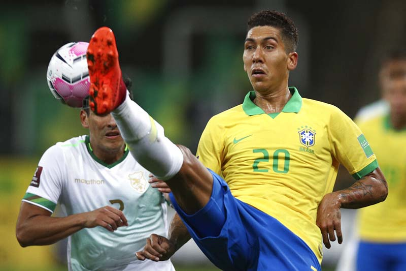 Brazil's Roberto Firmino, right, fights for the ball with Bolivia's Gabriel Valverde during a qualifying soccer match for the FIFA World Cup Qatar 2022 at the Neo Quimica arena in Sao Paulo, Brazil, on Friday, October 9, 2020. Photo: Buda Mendes/Pool via AP