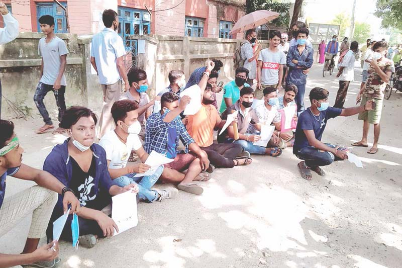 Demonstrators staging a sit-in in front of district administration office, seeking action against a group involved in misbehaving with a girl, in Saptari, on Friday, October 16, 2020. Photo: THT