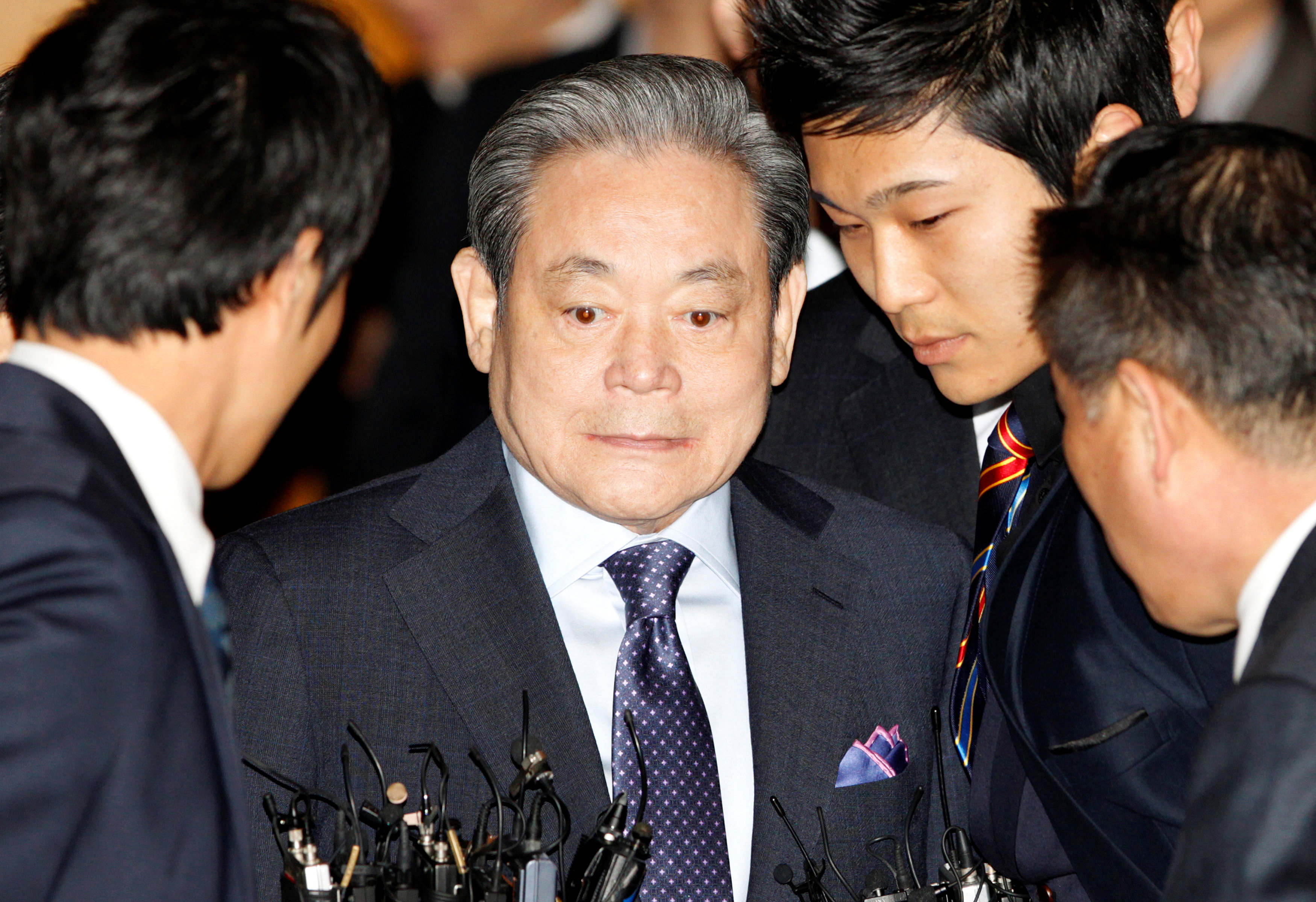 FILE PHOTO: Samsung Chairman Lee Kun-hee (2nd L) arrives at an executive board meeting of the Federation of Korean Industries (FKI) in Seoul March 10, 2011.  Photo: Reuters