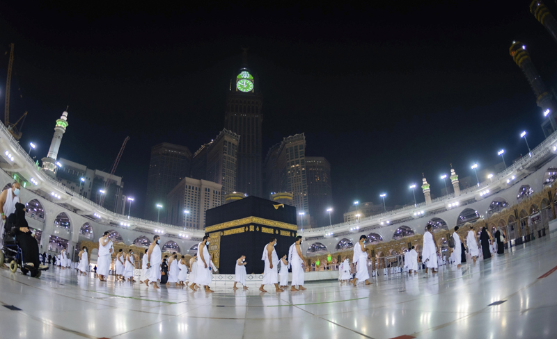 In this photo released by Saudi Ministry of Hajj and Umrah, Muslims pray around the Kaaba, the cubic building at the Grand Mosque, during the first day of Umrah in the Muslim holy city of Mecca, Saudi Arabia, Sunday, Oct. 4, 2020. Photo: Saudi Ministry of Hajj and Umrah via AP