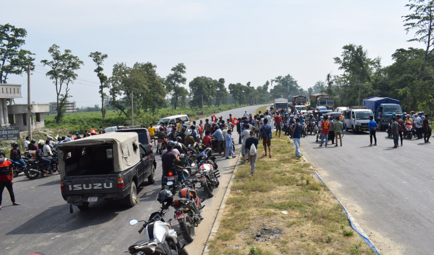 Protesters halt vehicular movement for an hour demanding operation of Geta Medical College in Kailali district, on Thursday, October 08, 2020. Photo: Tekendra Deuba/THT