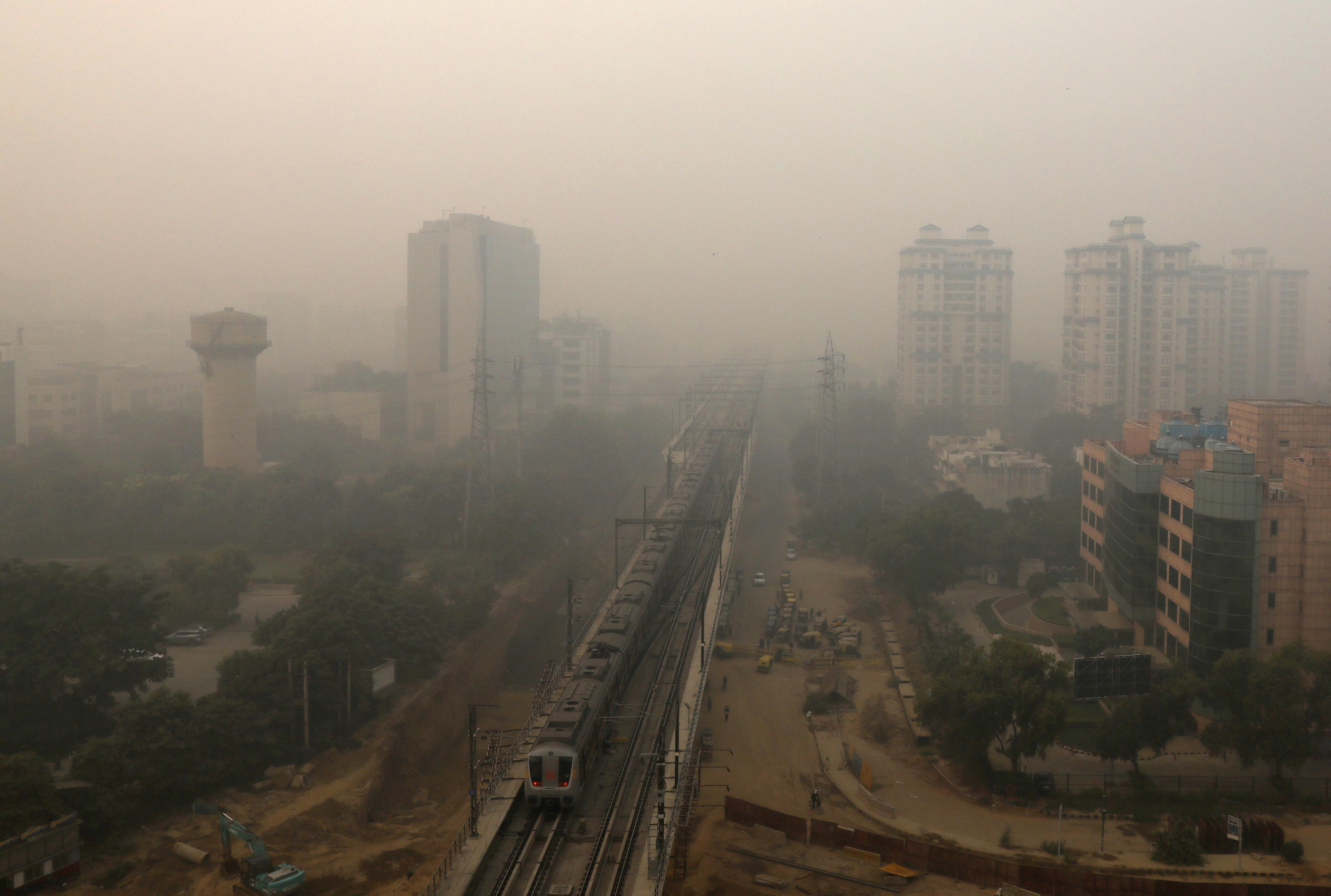 Buildings are seen shrouded in smog in Gurugram, India, November 9, 2020.  Photo: Reuters