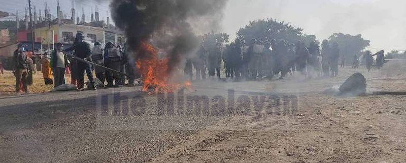 Locals carrying out demonstration after the demise of one of the protesters, at Bardibas, on Wednesday, November 25, 2020. Photo: Ashish BK/THT