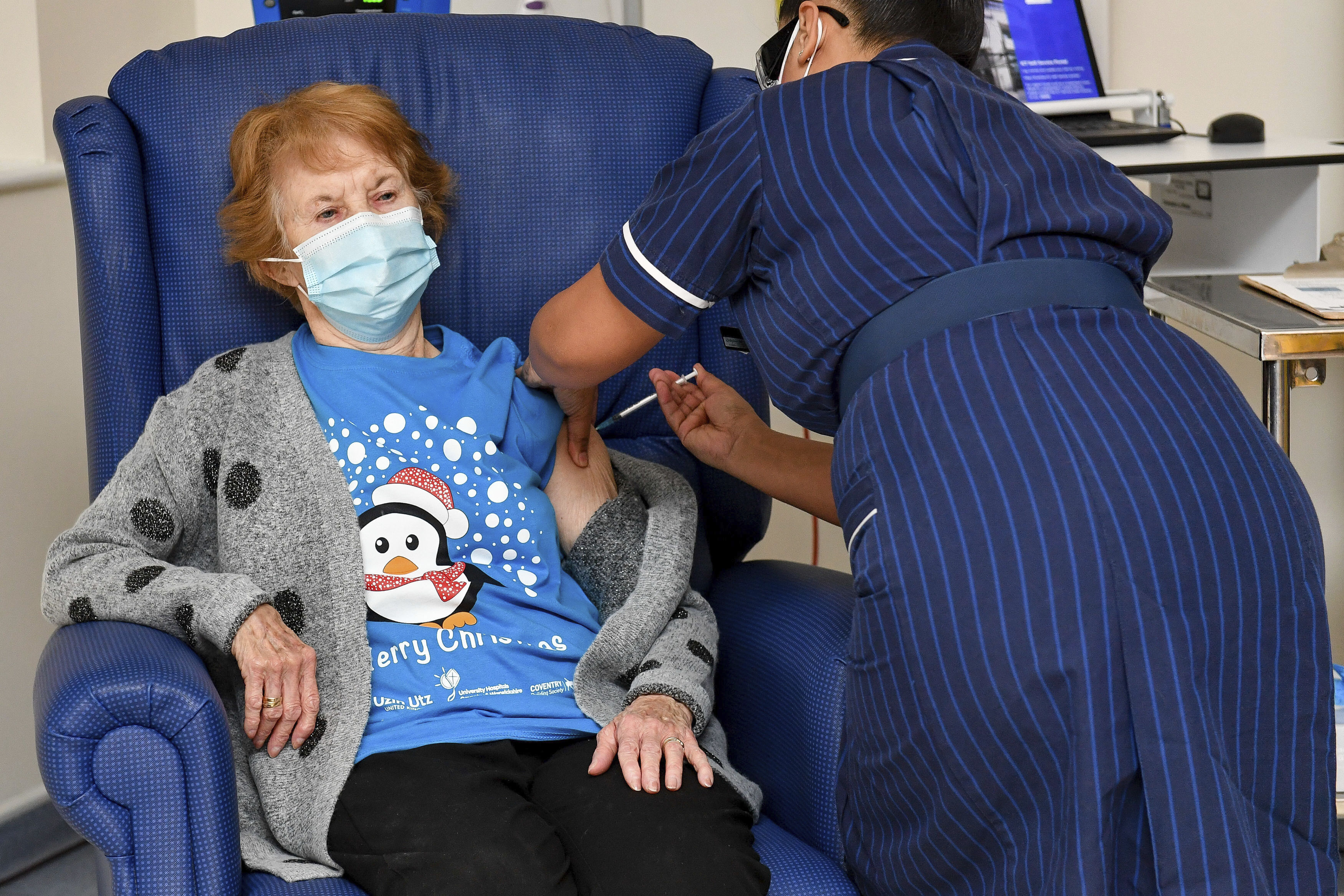 90 year old Margaret Keenan, the first patient in the UK to receive the Pfizer-BioNTech COVID-19 vaccine, administered by nurse May Parsons at University Hospital, Coventry, England, Tuesday, December 8, 2020. The United Kingdom, one of the countries hardest hit by the coronavirus, is beginning its vaccination campaign, a key step toward eventually ending the pandemic. Photo: Jacob King/Pool via AP
