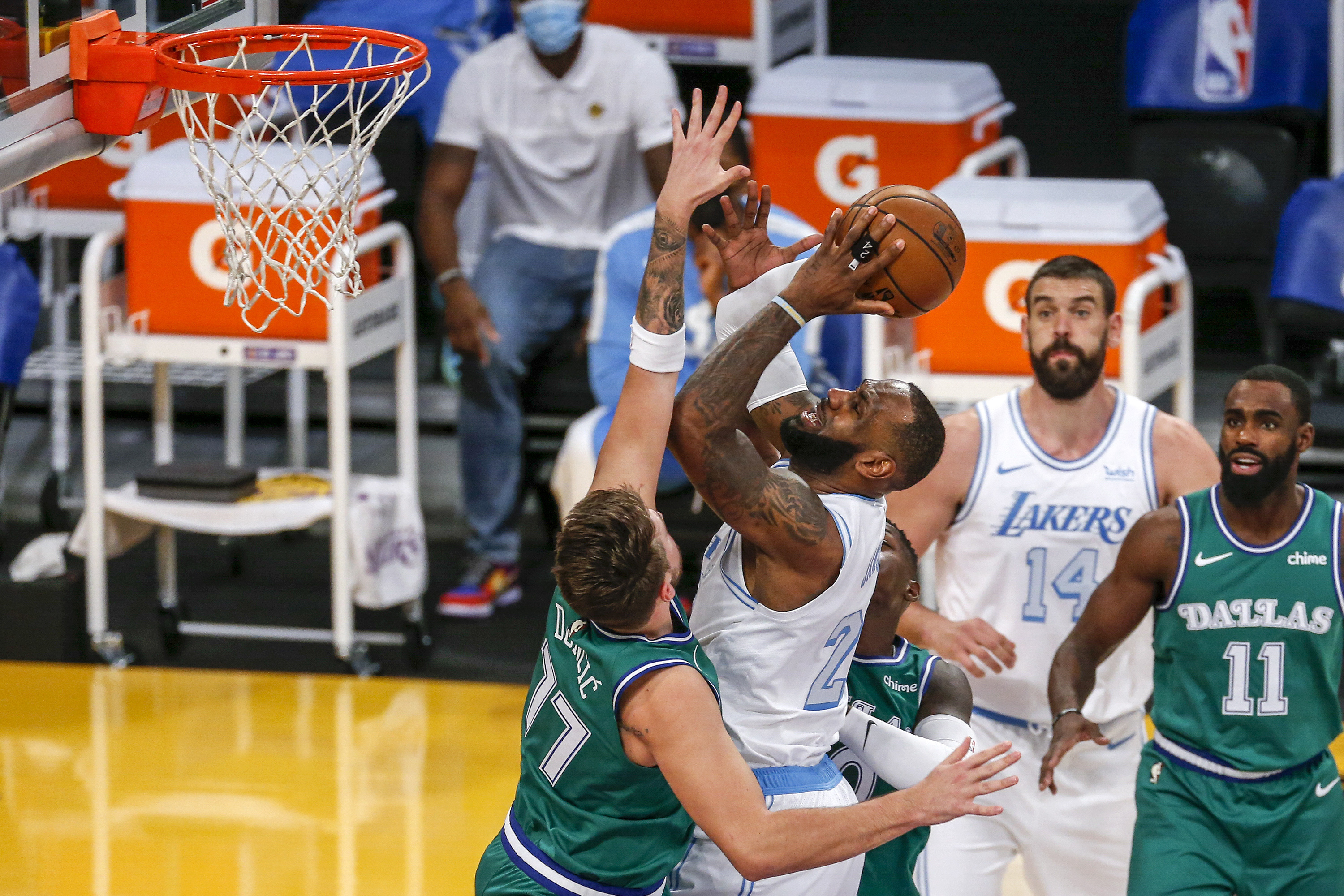 Los Angeles Lakers' LeBron James (23) goes to the basket while defended by Dallas Mavericks' Luka Doncic (77) during the first half of an NBA basketball game Friday, Dec. 25, 2020, in Los Angeles. Photo: AP